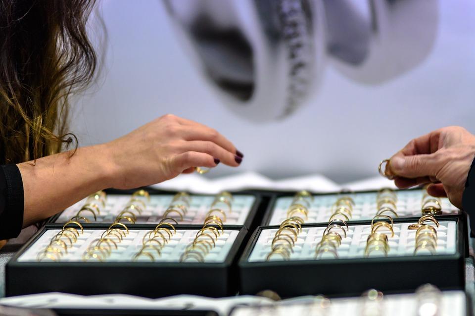 Jak wybrać dobry sklep jubilerski z biżuterią ślubną?