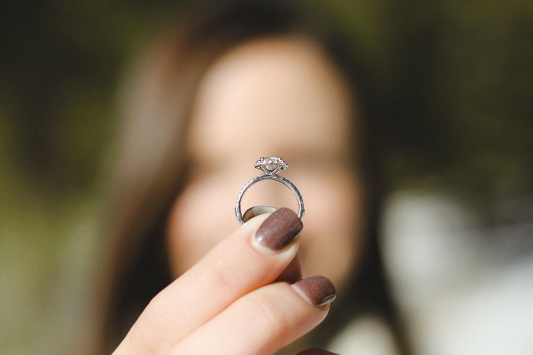 Wybór odpowiedniego pierścionka zaręczynowego